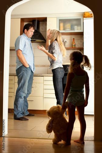 dziecko-patrzy-na-przysiegajacych-rodzicow