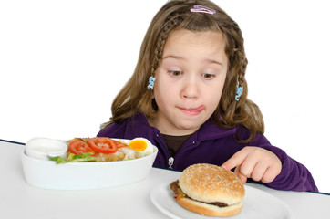 Mädchen mit Hamburger und Salat