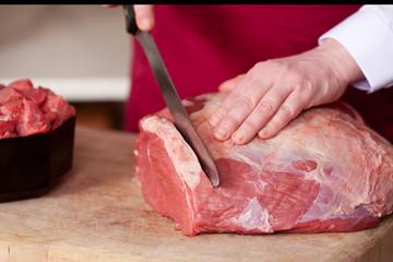 verkäuferin schneidet frisches fleisch