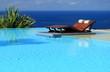 lit de soleil dans piscine à débordement avec vue sur l'océan