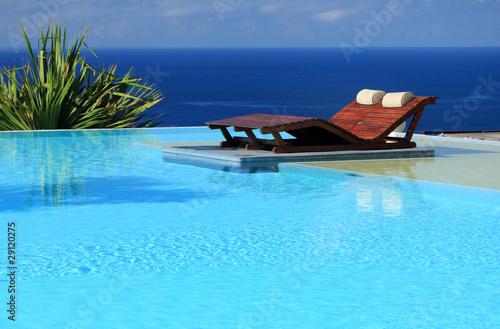 Lit de soleil dans piscine d bordement avec vue sur l for Piscine a debordement