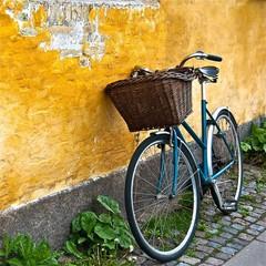 Vélo contre un mur jaune à Copenhague au Danemark