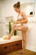Frau bei Körperpflege