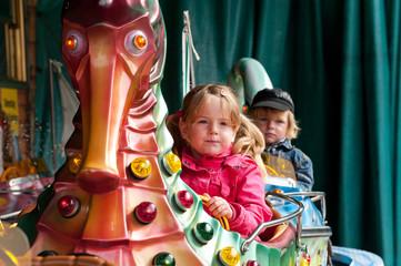 Kinder auf einem Karussell
