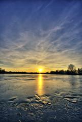 Vereister See im Sonnenuntergang