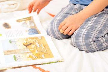 Kind blättert in einem Buch