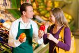 Fototapety Frau im Supermarkt und Verkäufer