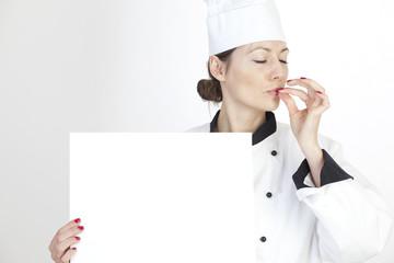 Junge Köchin mit Speisekarte