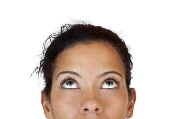 Ausschnitt des Gesichts einer Frau die neutral nach oben blickt