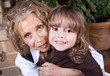 jeune enfant avec sa mamie