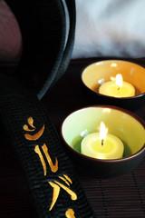 cintura nera con ideogrammi e candeline