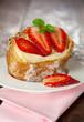 Windbeutel mit Pudding und Erdbeeren