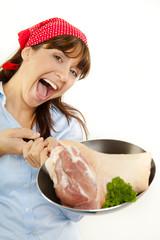 Frau in der Küche beim Kochen und Braten mit Pfanne
