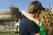 coppia si abbraccia davanti al monumento
