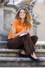 ragazza sorridente scrive