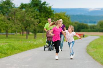 Familie mit Kindern auf Spaziergang