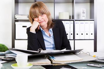 frau gestresst im büro