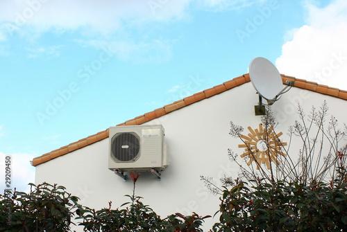 pompe à chaleur sur une maison - 29209450