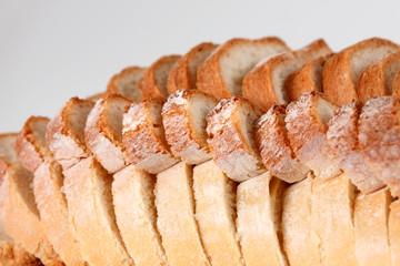 pan fresco cortado en trozos sobre fondo blanco