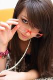 ragazza dai capelli lisci con occhiali rossi poster