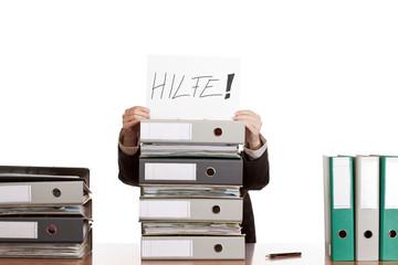 Gestresste, frustrierte Frau im Büro benötigt braucht Hilfe