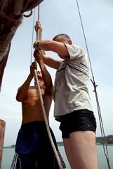 Vietnam, Ha Long: Hisser la voie de la jonque traditionnelle