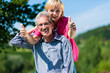Glückliches älteres Paar beim Spaziergang