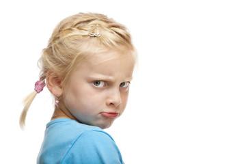 Junges Mädchen schaut verärgert u. beleidigt in Kamera