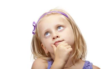 Junges Mädchen denkt angestrengt nach und schaut nach oben