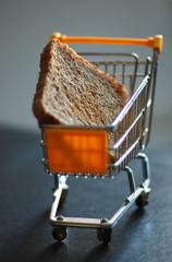Toastbrotscheibe im Einkaufskorb