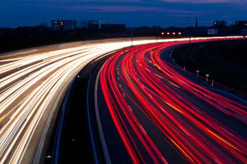 Autos waren in der Nacht auf einer Autobahn