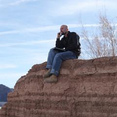 Mann mit Notebook im Canyon