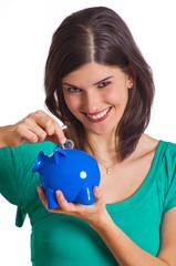 Frau spart Geld in Sparschwein