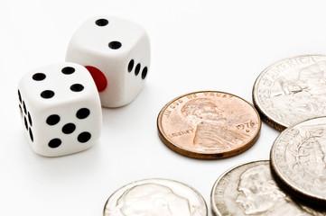 複数のコインとサイコロ