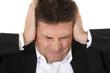 Mann mittleren Alters hat Kopfschmerzen.