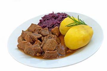 Gulasch mit Kartoffeln & Rotkohl