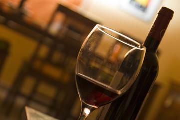 tomar un vino en casa