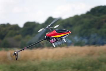 Hélicoptère modèle réduit en voltige