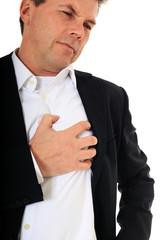 Mann leidet unter schmerzen im Brustbereich.