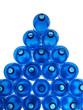 bottiglie di plastica blu su fondo blu