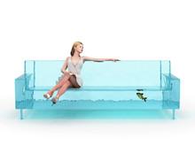 Kobieta siedzi na kanapie niebieski wody