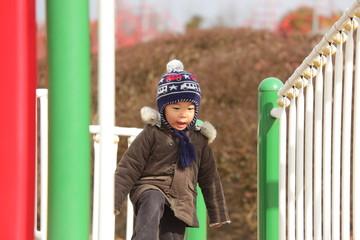 滑り台で遊ぶ子供