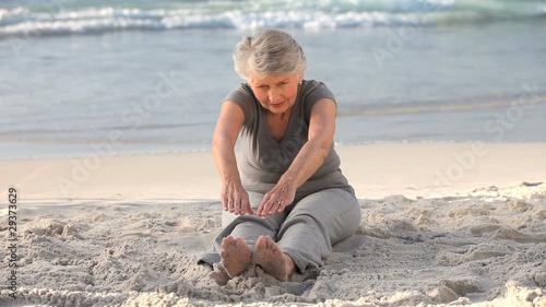 Elderly woman doing flexibility exercice