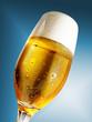 Bierglas vor Blau