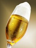 Bierglas hohe Krone vor Gold