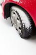 Winterreifen eines Autos im Schnee.