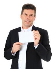 Attraktiver Mann hält weiße Karte hoch.