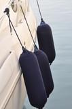 détail avant d'un yacht avec bouée