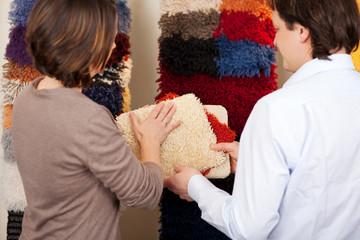 kundin beim teppichkauf