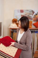 frau sucht teppich im geschäft aus